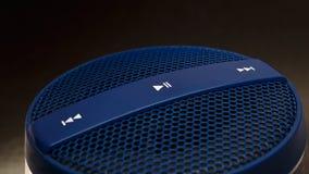Den blåa högtalaren med kontroll knäppas på mörk bakgrund Royaltyfria Foton