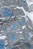 Den blåa handen skrivar ut på den metalliska glänsande stenväggen Arkivbilder