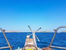 den blåa havssikten seglar fartygankaret Arkivbild