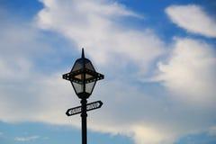 Den blåa himlen av dagen, då den var fint och det vita molnet Arkivbilder