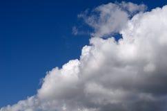 Den blåa himlen börjar att dra åt med regnmoln Royaltyfria Foton