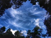 Den blåa himlen i hdr arkivfoto