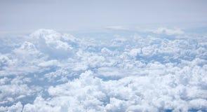 Den blåa himlen och de fluffiga vita molnen Arkivfoto