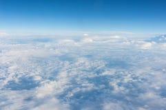 Den blåa himlen och de fluffiga vita molnen Royaltyfri Fotografi