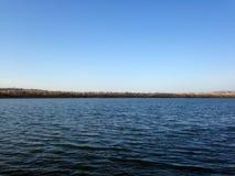 Den blåa himlen och den breda sjön Arkivbilder