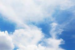 Den blåa himlen och den molniga formen Fotografering för Bildbyråer