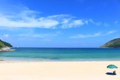Den blåa himlen och havet, Naihan strand i phuket, Thailand royaltyfri bild
