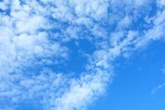Den blåa himlen och molnen Arkivbilder