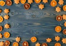 den blåa julen inramniner magi Julkryddor och torkad orange sliceson på w Royaltyfri Fotografi