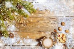 den blåa julen inramniner magi Julsammansättning med granträdfilialen, garneringar, sötsaker och kaffe Arkivfoto