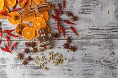den blåa julen inramniner magi Pepparkakakakor, kryddor och garneringar på Royaltyfria Foton
