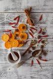 den blåa julen inramniner magi Pepparkakakakor, kryddor och garneringar på Arkivfoton
