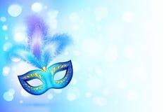 Den blåa karnevalmaskeringen med fjädrar på bokeh tänder Arkivbild
