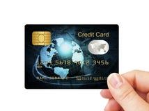 Den blåa kreditkorten holded vid handen över white Royaltyfria Foton