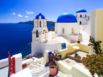 Den blåa kupolen kyrktar Oia Santorini Arkivfoto