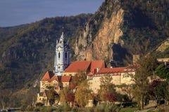 Den blåa kyrktorn av den Durnstein abbotskloster Royaltyfri Fotografi