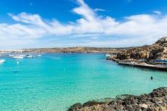 Den blåa lagun får dess namn från de härliga färgerna av set Arkivfoton
