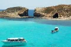 Den blåa lagun som lokaliseras på den Comino ön i Malta arkivfoton