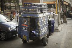 Den blåa leveransen Van Made It arkivfoton