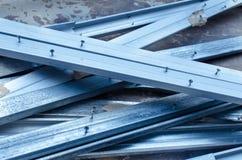 Den blåa metalliska stången med spikar Arkivbild