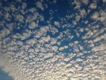 Den blåa molniga himlen Royaltyfria Foton