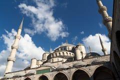 Den blåa moskén och den blåa himlen Fotografering för Bildbyråer