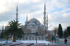 Den blåa moskén på en molnig Januari dag Vinter Istanbul Fotografering för Bildbyråer