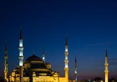 Den blåa moskén på skymning Arkivfoto