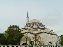 Den blåa mosken eller moskén med dess minaret och kupoler i Istanbul royaltyfri foto