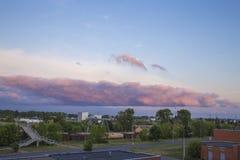 Den blåa och purpurfärgade solnedgången i Daugavpilsen Royaltyfri Foto