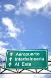 den blåa rikta chaufförmotorvägen undertecknar skyen under Arkivfoton