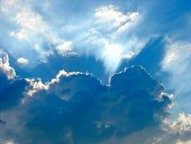 Den blåa skyen med sunen rays till och med oklarheterna fotografering för bildbyråer
