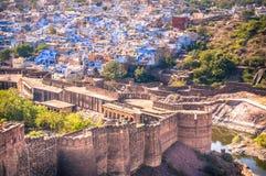 Den blåa staden av Jodhpur och det Mehrangarh fortet arkivfoto