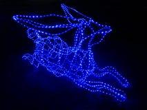 Den blåa stearinljusspetsen LEDDE ljus som formades i hjortar Arkivbild