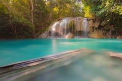 Den blåa strömvattenfallet lokaliserar i den Erawan nationen parkerar Royaltyfria Foton