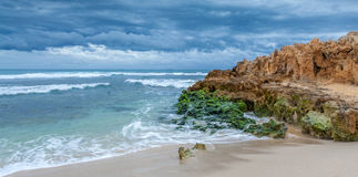 Den blåa strandplatsen med vaggar Royaltyfri Bild