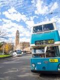 Den blåa tappningdubbeldäckarebussen för rundresan av CBDEN, fungerings av Sydney Bus Museum på drottningfödelsedag arkivbilder