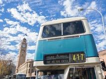 Den blåa tappningdubbeldäckarebussen för rundresan av CBDEN, fungerings av Sydney Bus Museum på drottningfödelsedag royaltyfria foton