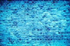 Den blåa tegelstenväggen som målas med olika signaler, och toner av blått som sömlös modell texturerar bakgrund royaltyfri bild