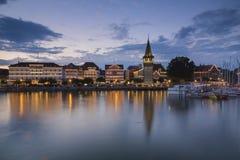 Den blåa timmen i den Lindau hamnen Arkivfoto