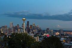 Den blåa timmepanoramautsikten av Seattle som är i stadens centrum från Kerry, parkerar royaltyfri bild