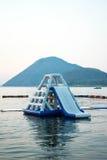 Den blåa uppblåsbar som svävar vatten, parkerar Royaltyfri Fotografi