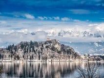 Den blödde slotten och Sten Mary Church på Bled ön, Slovenien Royaltyfria Foton