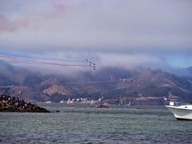 Den blåa ängeln Planes flyg ovanför San Francisco Bay Arkivbild