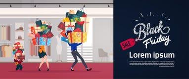 Den Black Friday affischen med familjen Carry Stack Of Presents Over shoppar det säsongsbetonade Sale för bakgrundsferie begreppe vektor illustrationer