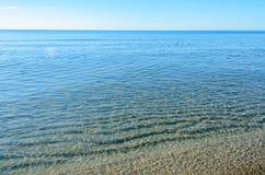 Den Black Sea stranden med guld- sander, blått nytt klart vatten royaltyfri foto