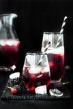 Den Blackberry drinken i exponeringsglas med den svarta sockerkanten för nedgång och halloween festar Royaltyfria Bilder