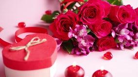Den blandade blommabuketten med rosor, stearinljus och hjärta formade akrylgarneringar