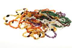 Den blandade gemstonen pryder med pärlor halsband Royaltyfria Foton