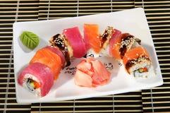 Den blandade sushimenyn rullar sås Arkivbild